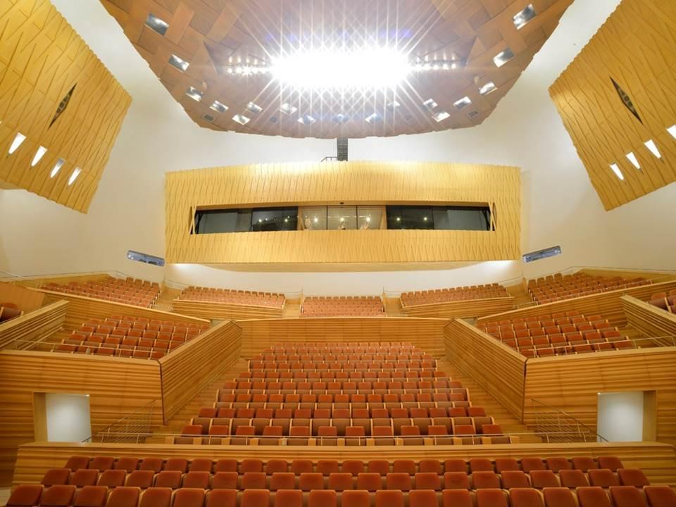 音乐厅的舞台灯光与其他舞台照明非常不同,灯具必须具备耐高温性以及